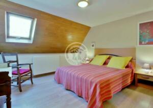 Chambre lit et fenêtre c1